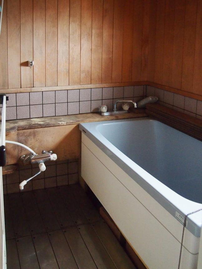ひのき張りのバスルーム