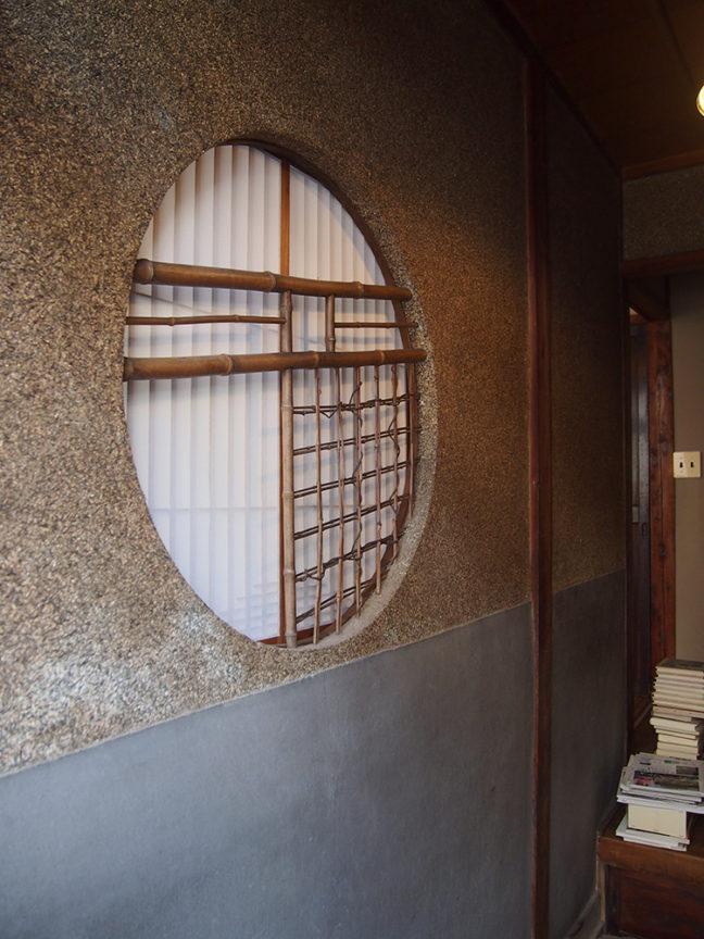 玄関の丸窓