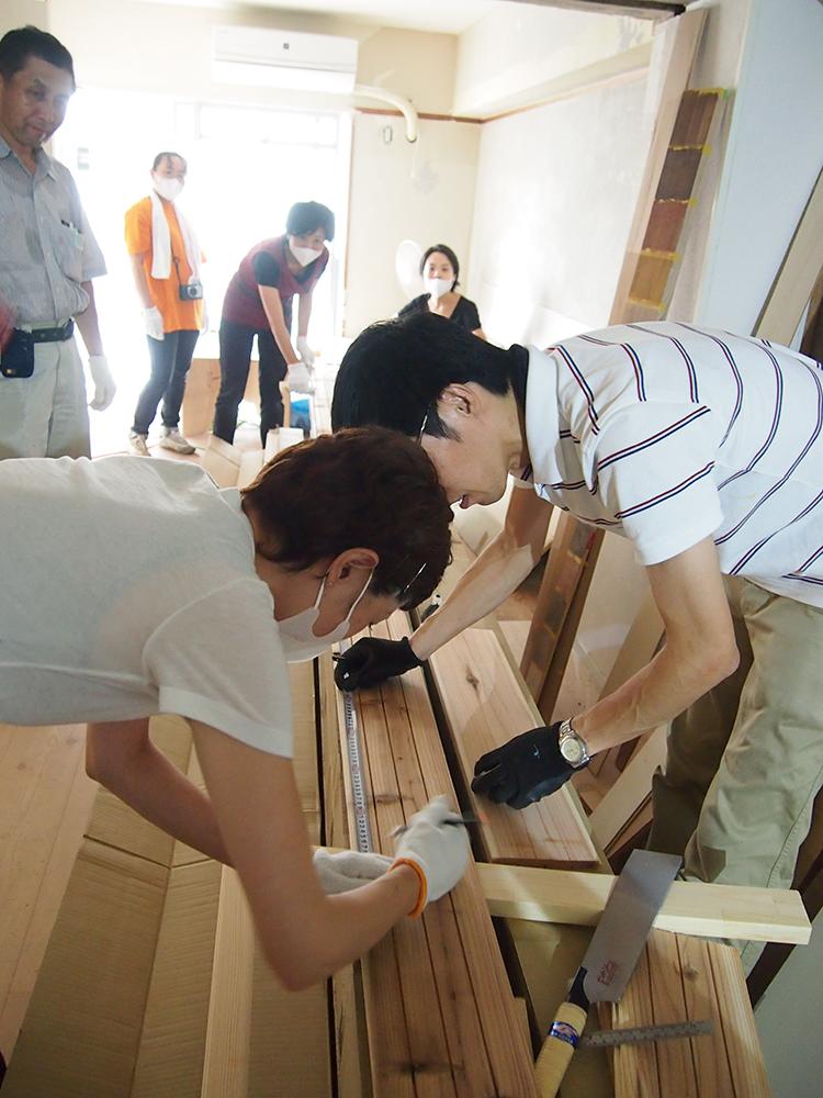1 長さを測り、床材を切断