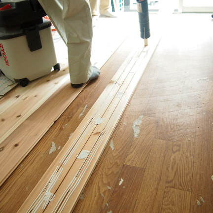 2 いったん組んで線を引き、はずして床を清掃、接着剤を塗布、再度組む_2
