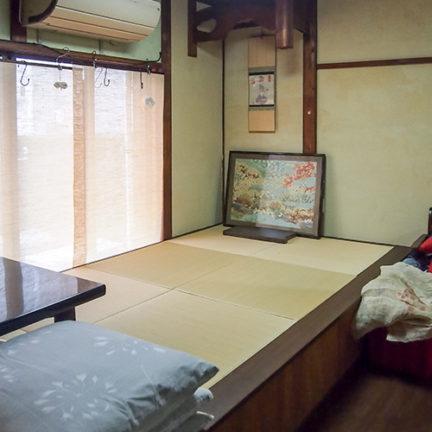 1階南小上がり 畳内部は収納