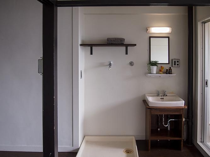 洗濯機置き場と洗面所