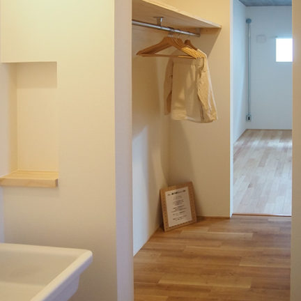 303C寝室と浴室洗面の間にウォークインクローゼット