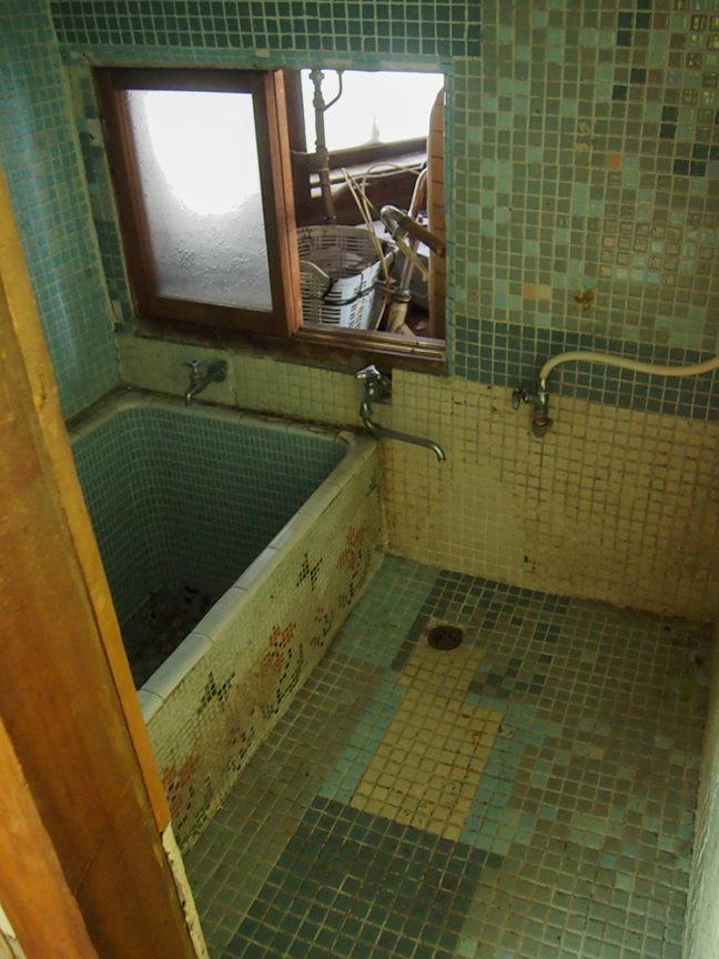 レトロなタイルの浴室