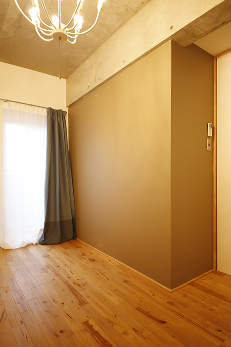 北側の部屋は落ち着いたベージュに。カーテンは、じっくり選んで買うまでの「つなぎ」に菊代さんが貸してくれた