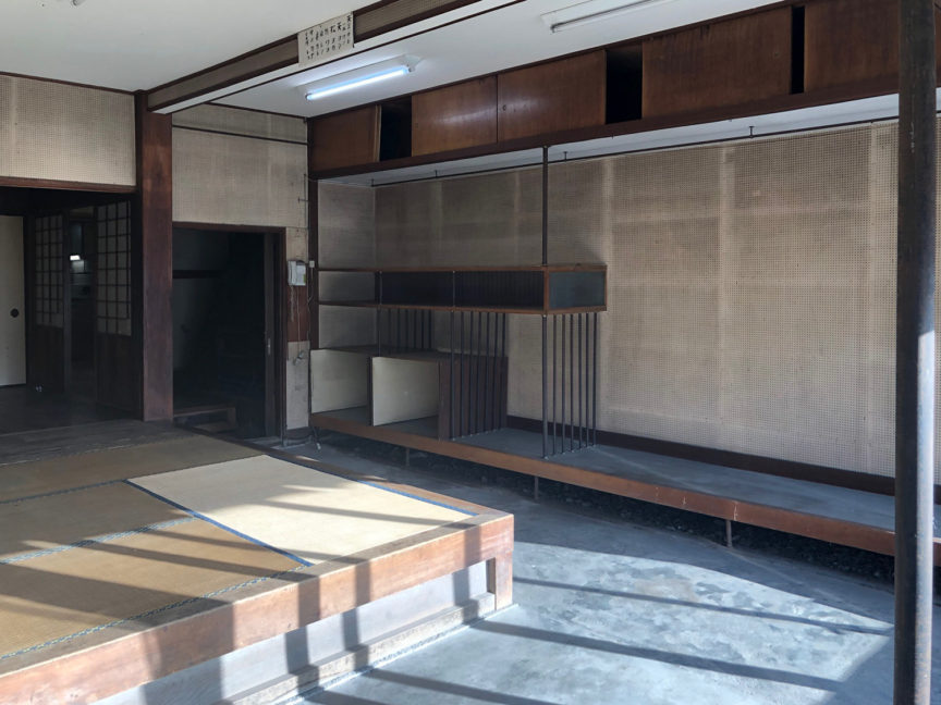 1階元店舗スペースには呉服店だった頃の飾り棚も