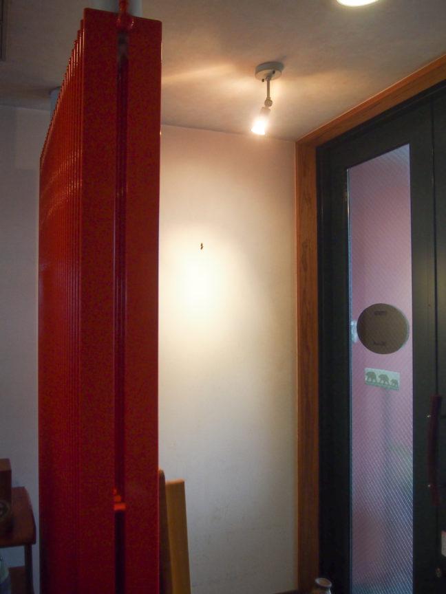 玄関壁には絵などを照らすスポットライト