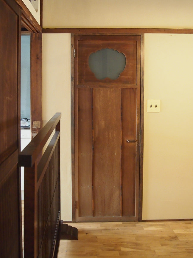 トイレの扉は元のものを生かして